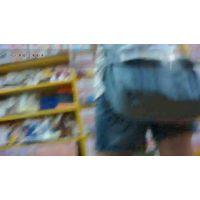 ブ○クオフで立ち読み中のJSの股間にカメラを入れてショーパンの中を覗いたった・・