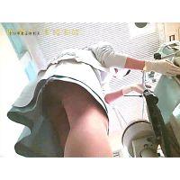 【逆さ撮り】歯医者の美人歯科助手の足がエロかったのでスカートの中を覗いたら、ストッキング越しにパンティーが丸見えで勃起した!<i
