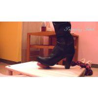 黒ブーツ踏付け1