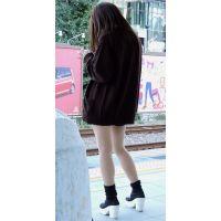 駅のホームでスマホをいじっている女の子生脚私服姿【動画】街撮り編 1004