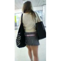 買い物袋とバッグを肩にかけて歩く生足ショートパンツギャルをストーキング【動画】街撮り編 001〜006セット販売