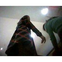 店員を逆さ撮り黒の網タイツに黒のパンチュ前屈みで丸見えw【パンチラ動画】012