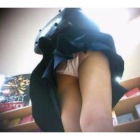女の子のくせにエロいパンチュ立ち読み中を頂きます【動画】01