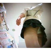 私服姿の女の子を逆さ撮りミニスカ白のパンチュ【パンチラ動画】013