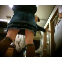 接客中のショップ店員を逆さ撮りミニスカ白パンチュ【動画】03