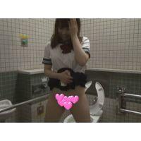 【個撮】入れると痛がるほぼ処女たまごちゃん!公衆トイレに連れ込んで恥じらいオシッコ勢いで立ちバック映像