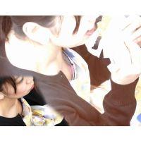 【胸チラ・チクチラ】港近くの公園で...簡単に食事を摂る10代後半の女の子�