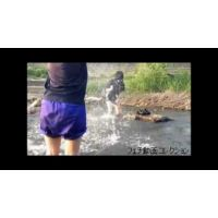女子の川遊び