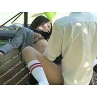 公園のベンチで青姦しているカップル