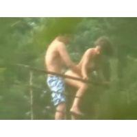 森の中の橋の上でセックスしているカップル