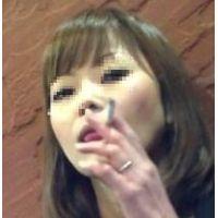 【見られた!?】若い人妻の喫煙風景~こちらを見つける瞬間も~