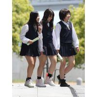 制服女子校生達の修学旅行風景 File045