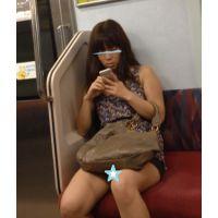 露出しまくった格好で電車に乗る美女