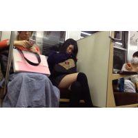 電車で座っていてもパンチラしそうなミニスカ女子高生