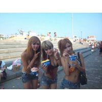 海水浴場のモデル級ビキニギャル