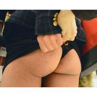 ギャルスカートめくり マイクロミニスカートから見えるヒョウ柄Tバックのお尻を触ってやった!! Part2