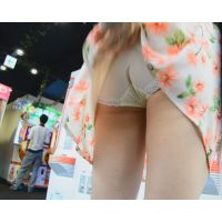 街中美女パンチラ ゲームセンターでUFOキャッチャーしている隙にスカートめくってやった!! Part2