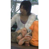 【若ママの足29】 手入れのされたネイルは良い!室井佑月似の若ママを正面から