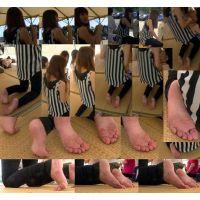 【運動会裸足ママ13】 足裏を撮られるという事自体何をされているのかまるで理解出来ますまい。