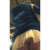 ショートカットの渋谷女子○生のパンツは、期待を裏切らない白パンでした。