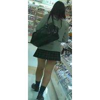 【新カメHD動画】制服娘の白いパンツ逆さ撮りNo9(顔あり)