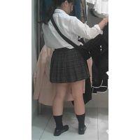 【新カメHD動画】制服娘の白いパンツ逆さ撮りNo5(顔あり)