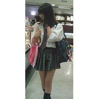 【新カメHD動画】制服娘の白いパンツ逆さ撮りNo3(顔あり)