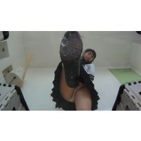 可愛いコオロギを大量の唾で動けなくしてローファーで踏み潰すチョイエロ女子○生