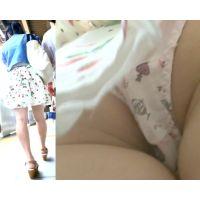 パンチラ盗撮 学生さん ツインテール女子のカワイイ柄パンツに超接近撮影