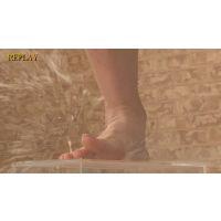 金玉のような水風船を生足指でクラッシュ?