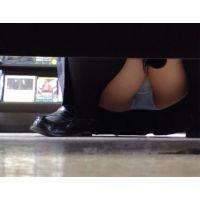 商品棚の下からしゃがみJ◯のパンツを観察