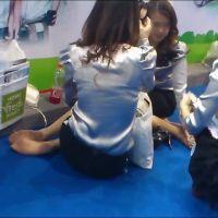 ☆動画☆靴を脱いで休憩中のコンパニオン