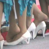☆動画☆コンパニオン集団のパンプス脱ぎ 2/2