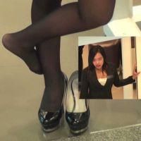 ☆動画☆ショップ店員の靴脱ぎと黒ストッキングの足 2