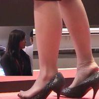 ☆動画☆会場案内係の女の子の疲れた足