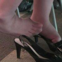 ☆動画☆サンダル脱ぎ履き繰り返す女子大生