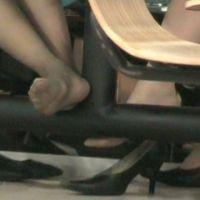 ☆動画☆テーブルの脚に乗せた二人の足