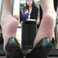 ☆動画☆ランチ中OLの足の裏 8