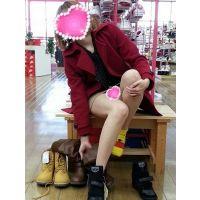 靴の試着中に無防備なミニスカギャルのパンチラ