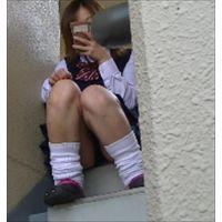 階段でお座りJKパンチラ盗撮