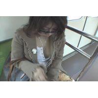 電車でグラサンお姉さんの胸チラを盗撮。