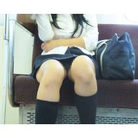 両足の付け根に潜り込み♡パンツの縫い目までくっきり超接写でをじっくり堪能�【拘束列車は覗き放題No,21】