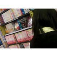 お嬢様学校の女の子立ち読み中逆さ撮りパンストに白のパンチュ【ロリ動画】25と04セット販売
