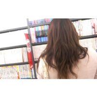 白のパンチュ書店にいる私服姿女の子を逆さ撮りロングヘアー【動画】08と19セット販売