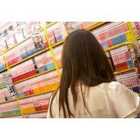 立ち読み中の女子大生を逆さ撮り薄赤色のパンチュにスカート【ロリ動画】03と19セット販売