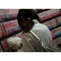 私服姿の女の子立ち読み中を逆さ撮り可愛い白のパンチュ【ロリ動画】 01