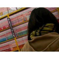 黒髪幼い女の子立ち読み中を逆さ撮り白の柄パンチュ【ロリ動画】02と19セット販売
