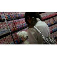 幼い私服姿の女の子立ち読み中を逆さ撮り可愛い白のパンチュ【ロリ動画】 01と05セット販売
