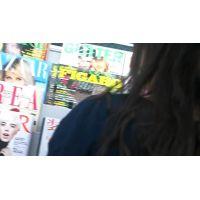 雑誌を立ち読み中の女の子を逆さ撮り黒髪ロングヘアー【動画】12