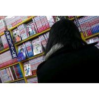 逆さ撮りパンストにパンチュ書店で立ち読み中の女の子【動画】11と04セット販売